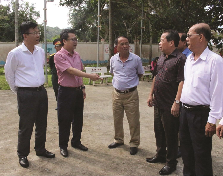 Ông Nguyễn Thanh Nghị (người mặc áo hồng), kiểm tra công tác an ninh quốc phòng trên đảo Thổ Chu, xã Thổ Châu, huyện đảo Phú Quốc.