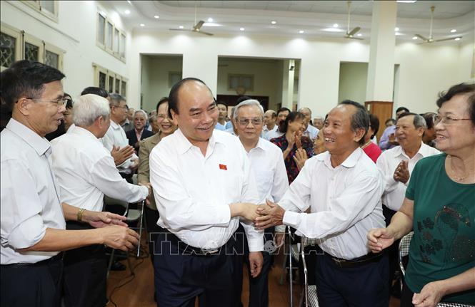 Thủ tướng Nguyễn Xuân Phúc với các cử tri. Ảnh: Thống Nhất/TTXVN