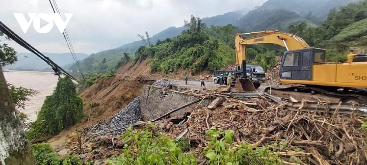 Đường lên thủy điện Rào Trăng 3 đang ngập lụt và sạt lở.