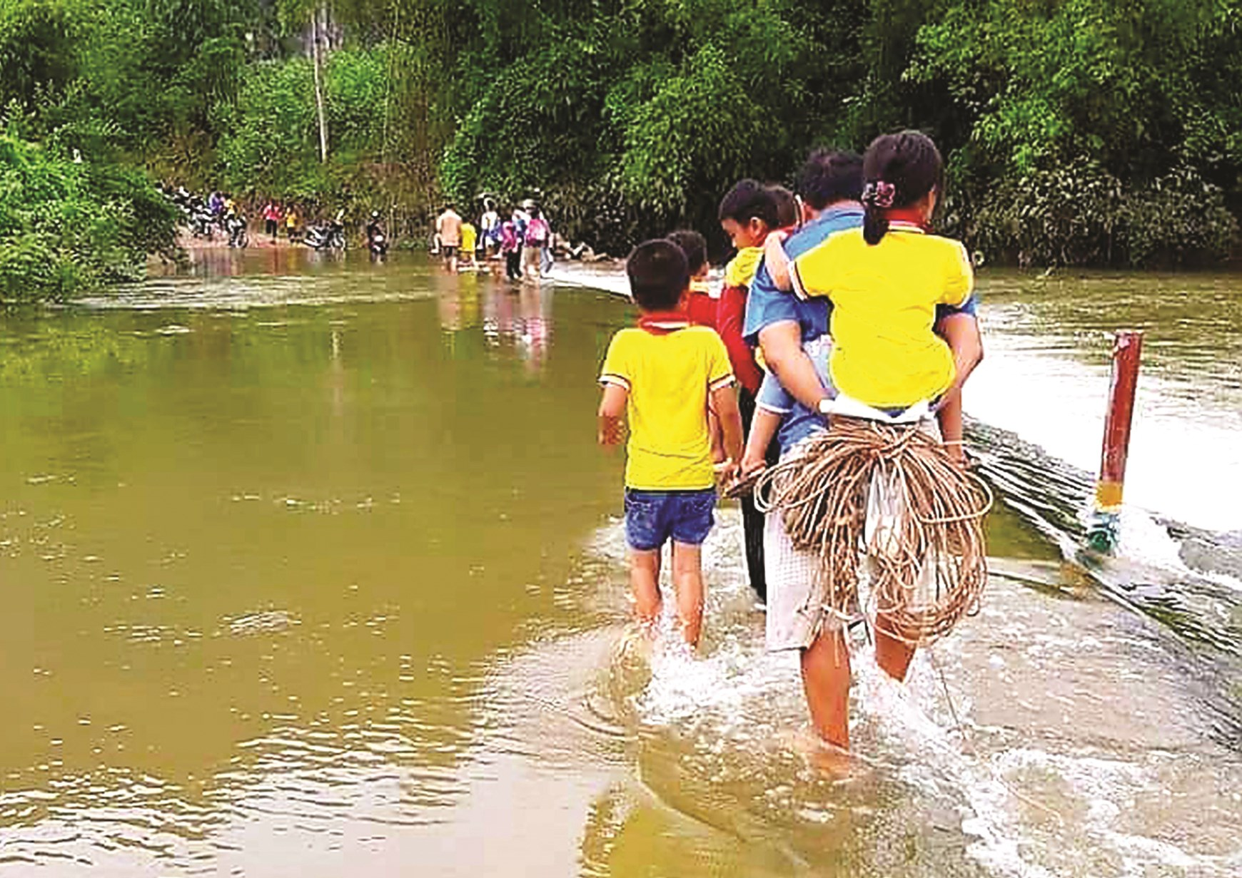 Đây là con đường duy nhất để con em ở thôn Tân Nhiên đến trường