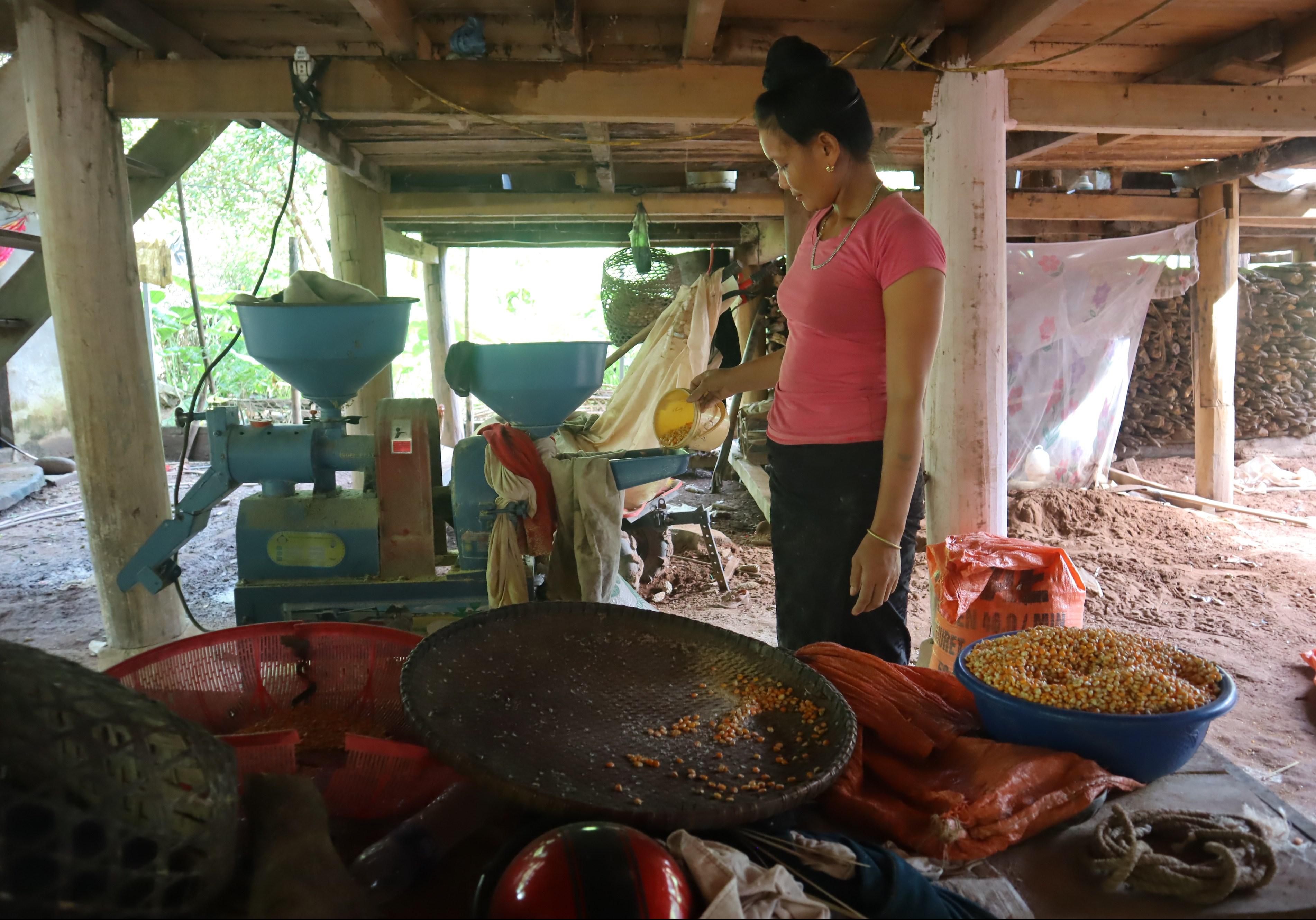 Những chiếc máy xay ngô giúp bà con ở bản Nậm Kè, xã Nậm kè, huyện Mường Nhé chăn nuôi dễ dàng hơn