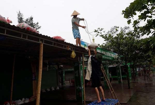 Người dân thị xã Cửa Lò giẳng néo nhà cửa chống bão (ảnh tư liệu)