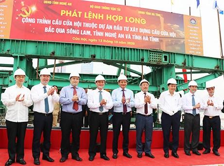 Các đại biểu thực hiện nghi thức hợp long cầu Cửa Hội