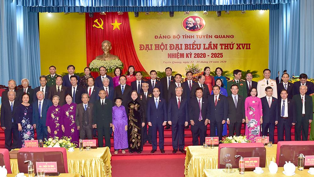 Ủy viên Bộ Chính trị, Thường trực Ban Bí thư Trần Quốc Vượng và đại diện lãnh đạo các bộ, ngành, lãnh đạo tỉnh Tuyên Quang chụp ảnh lưu niệm cùng các đại biểu dự Đại hội