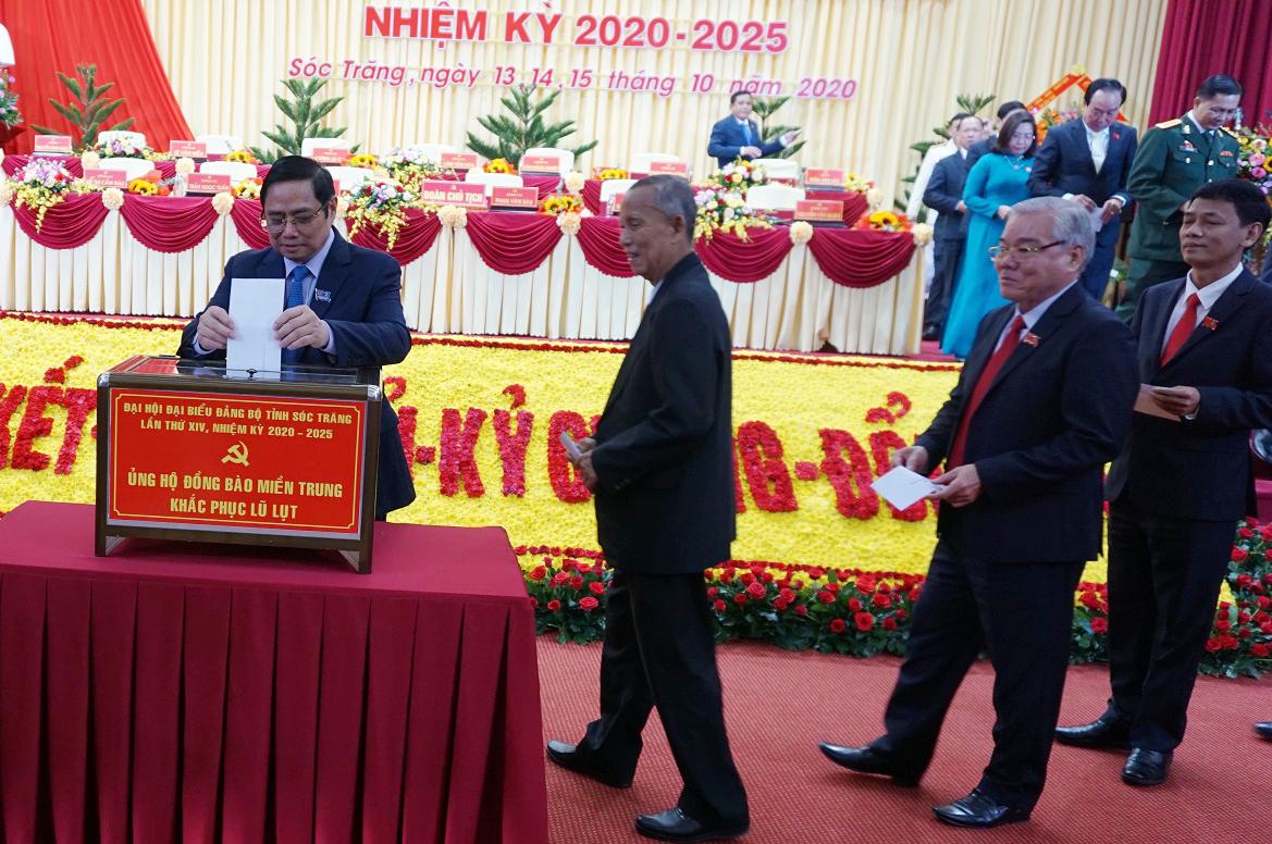Các đại biểu dự Đại hội ủng hộ đồng bào miền Trung khắc phục lũ lụt