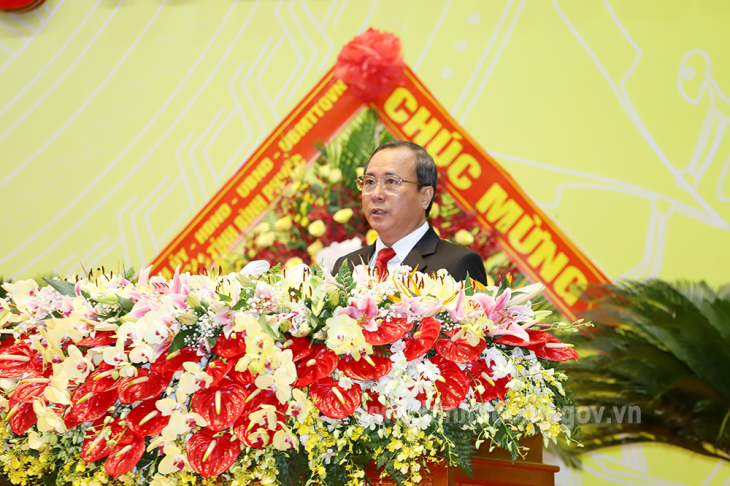 Đồng chí Trần Văn Nam - Ủy viên Trung ương Đảng, Bí thư Tỉnh ủy, Trưởng Đoàn Đại biểu Quốc hội tỉnh trình bày diễn văn khai mạc Đại hội