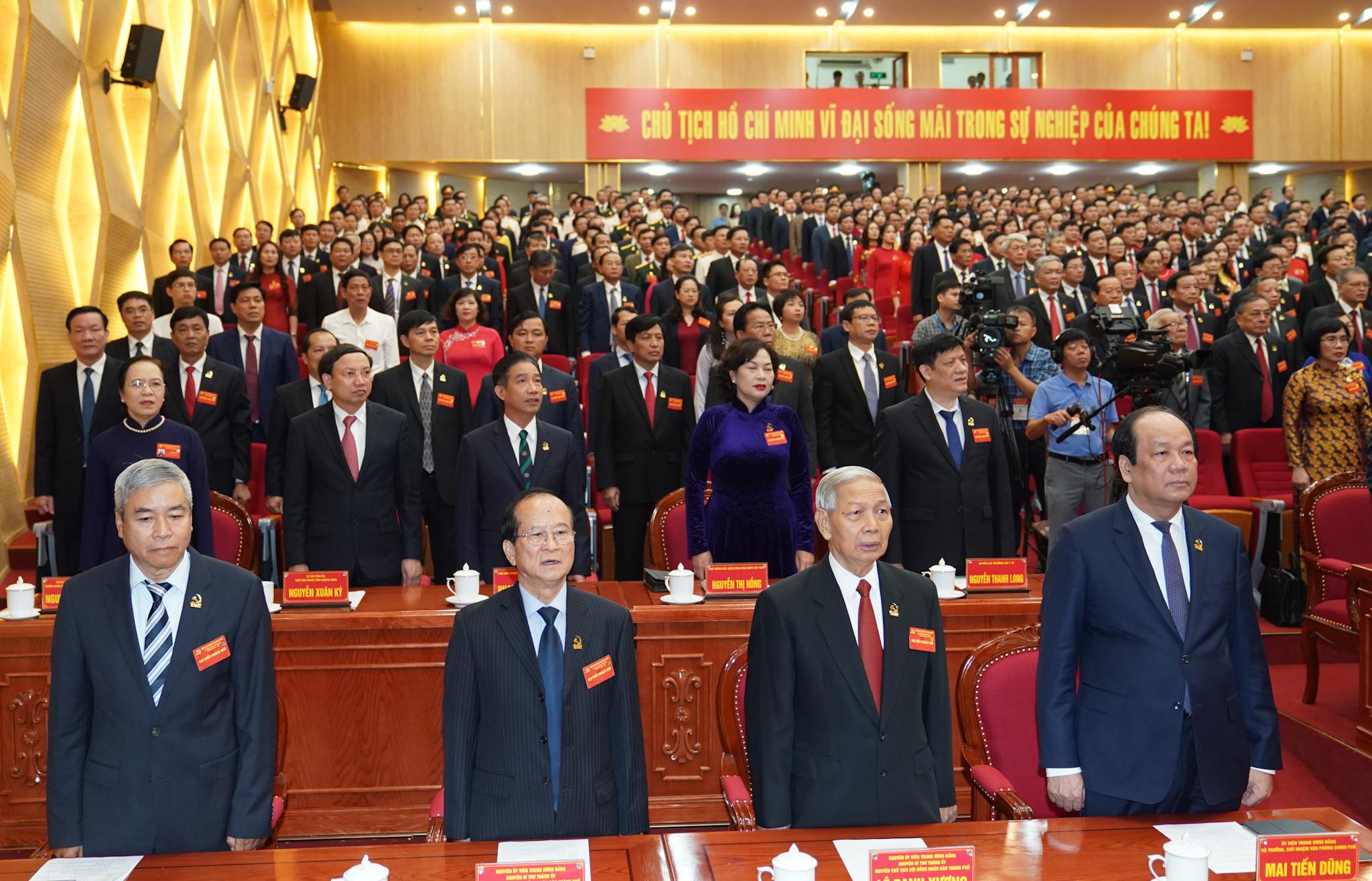 Các đại biểu thực hiện nghi thức chào cờ tại phiên khai mạc Đại hội đại biểu Đảng bộ thành phố Hải Phòng. Ảnh: VGP/Quang Hiếu