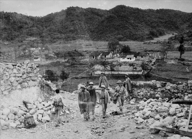 Đại tướng Võ Nguyên Giáp thăm thị trấn Thất Khê sau ngày giải phóng. Ảnh: TTXVN