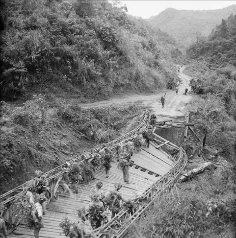 Bộ đội ta tiến vào giải phóng Thất Khê trong Chiến dịch biên giới 1950. Ảnh: TTXVN