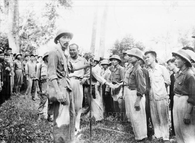 Chủ tịch Hồ Chí Minh gặp các chiến sĩ bộ đội trên đường đi Chiến dịch Biên giới năm 1950. Ảnh: TTXVN
