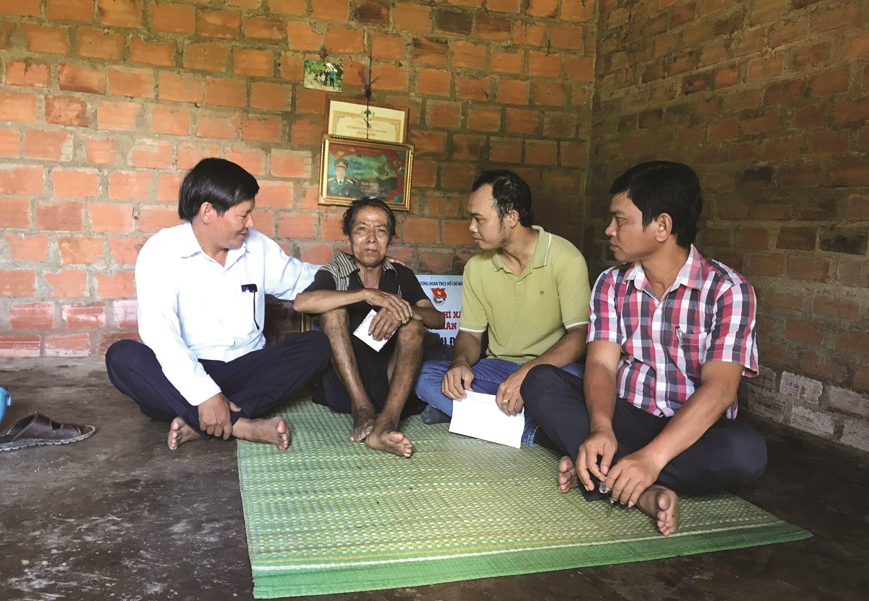 Vai trò của tổ phụ trách địa bàn xã Vĩnh An phát huy hiệu quả, góp phần hạn chế nạn tự tử tại địa phương. (Trong ảnh: Tổ phụ trách địa bàn đến thăm và động viên tinh thần cụ Đinh N.)