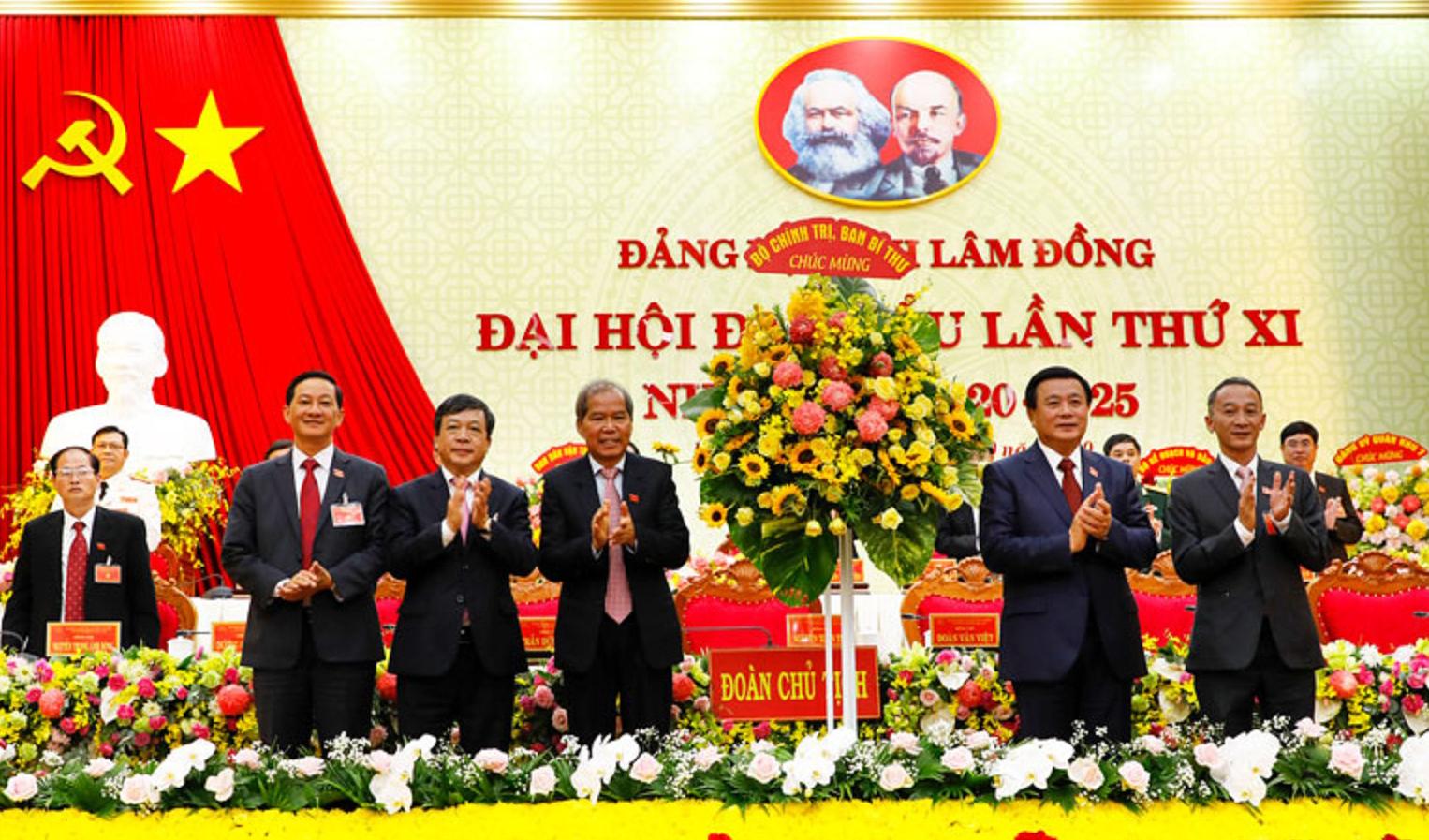 Đồng chí Nguyễn Xuân Thắng - Bí thư Trung ương Đảng, Giám đốc Học viện Chính trị quốc gia Hồ Chí Minh, Chủ tịch Hội đồng Lý luận Trung ương (thứ 2 từ phải qua) tặng hoa chúc mừng Đại hội