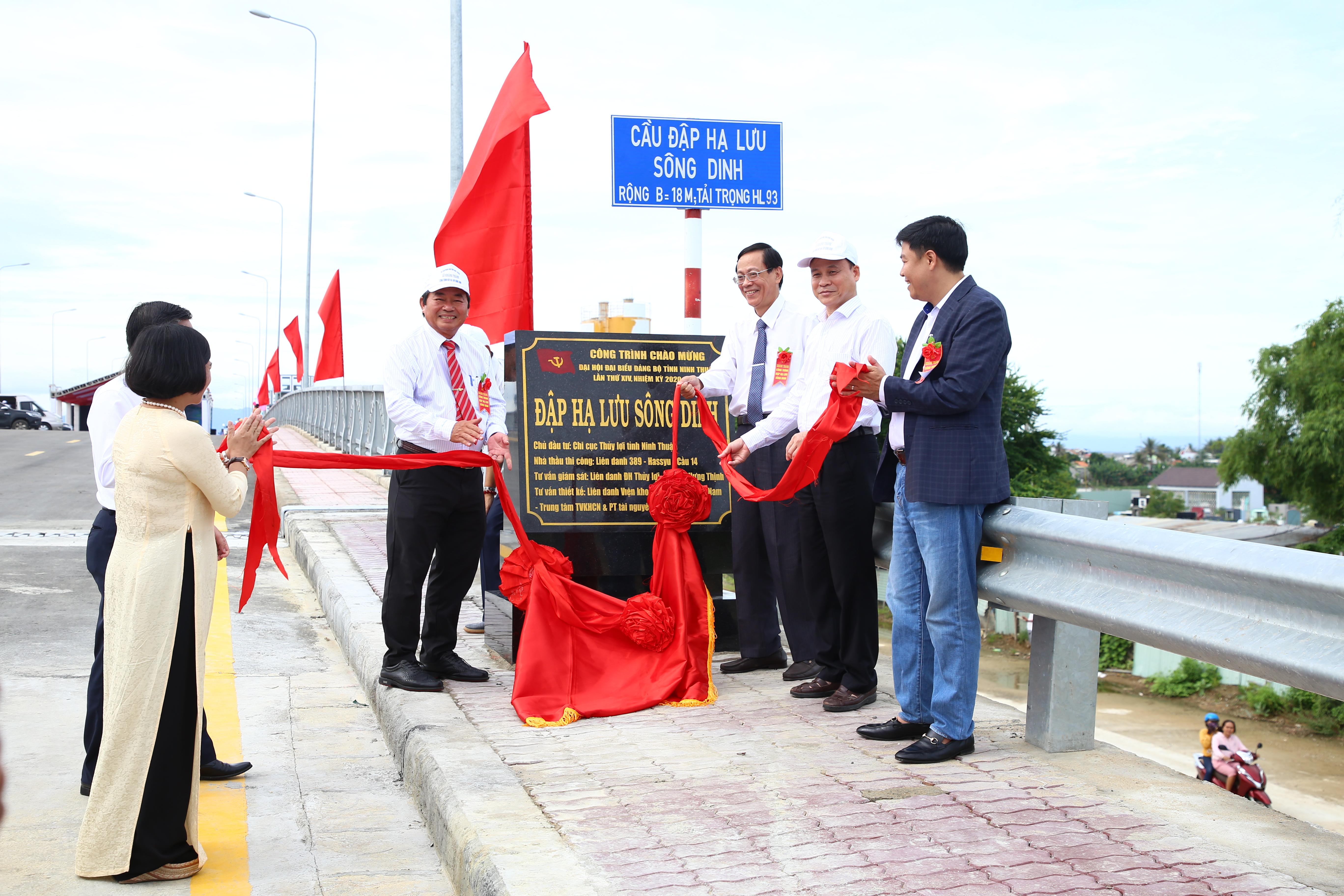 Các đồng chí lãnh đạo tỉnh Ninh Thuận gắn biển công trình chào mừng Đại hội Đảng bộ tỉnh lần thứ XIV, nhiệm kỳ 2020-2025