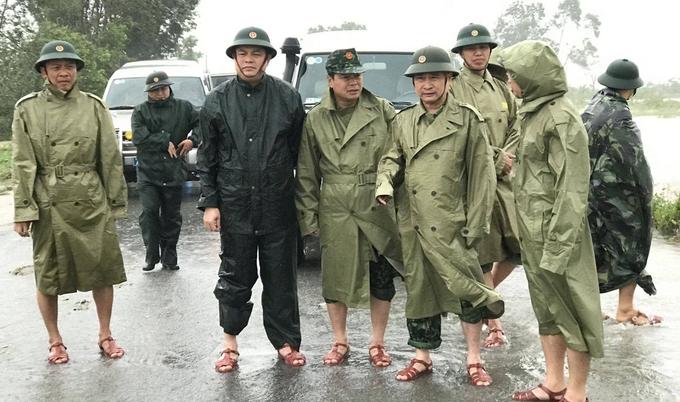 Thiếu tướng Nguyễn Văn Man, Phó Tư lệnh Quân khu 4 (thứ hai từ phải qua, hàng đầu), thị sát tình hình mưa lũ và chỉ đạo công tác cứu hộ, giúp đỡ người dân tại huyện Phong Điền, Thừa Thiên Huế vào ngày 11/10. Ảnh: Quân khu 4