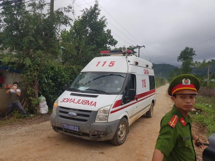 Hình ảnh xe cấp cứu đưa nạn nhân từ khu vực sạt lở về Huế. - Ảnh: VGP/Thế Phong