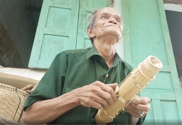 Nghệ nhân Mấu Hồng Thái chơi đàn Chapi