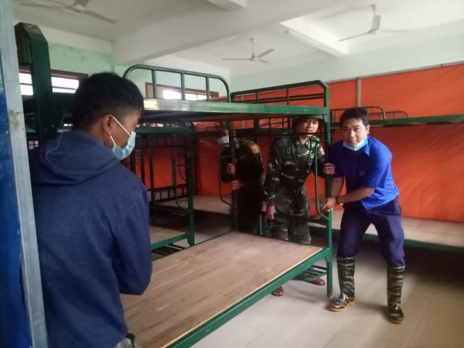 Đồ dùng của HS tại khu KTX của Trường Võ Chí Công được thu dọn và chuyển về nơi ở mới để HS học tạm tại Trường THPT Tây Giang. Ảnh: Đình Hiệp