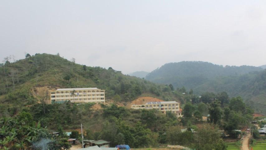 Quả đồi phía sau Trường THPT Võ Chí Công bị nứt và có một số vị trí đã sạt lở, vùi lấp khu KTX của trường.