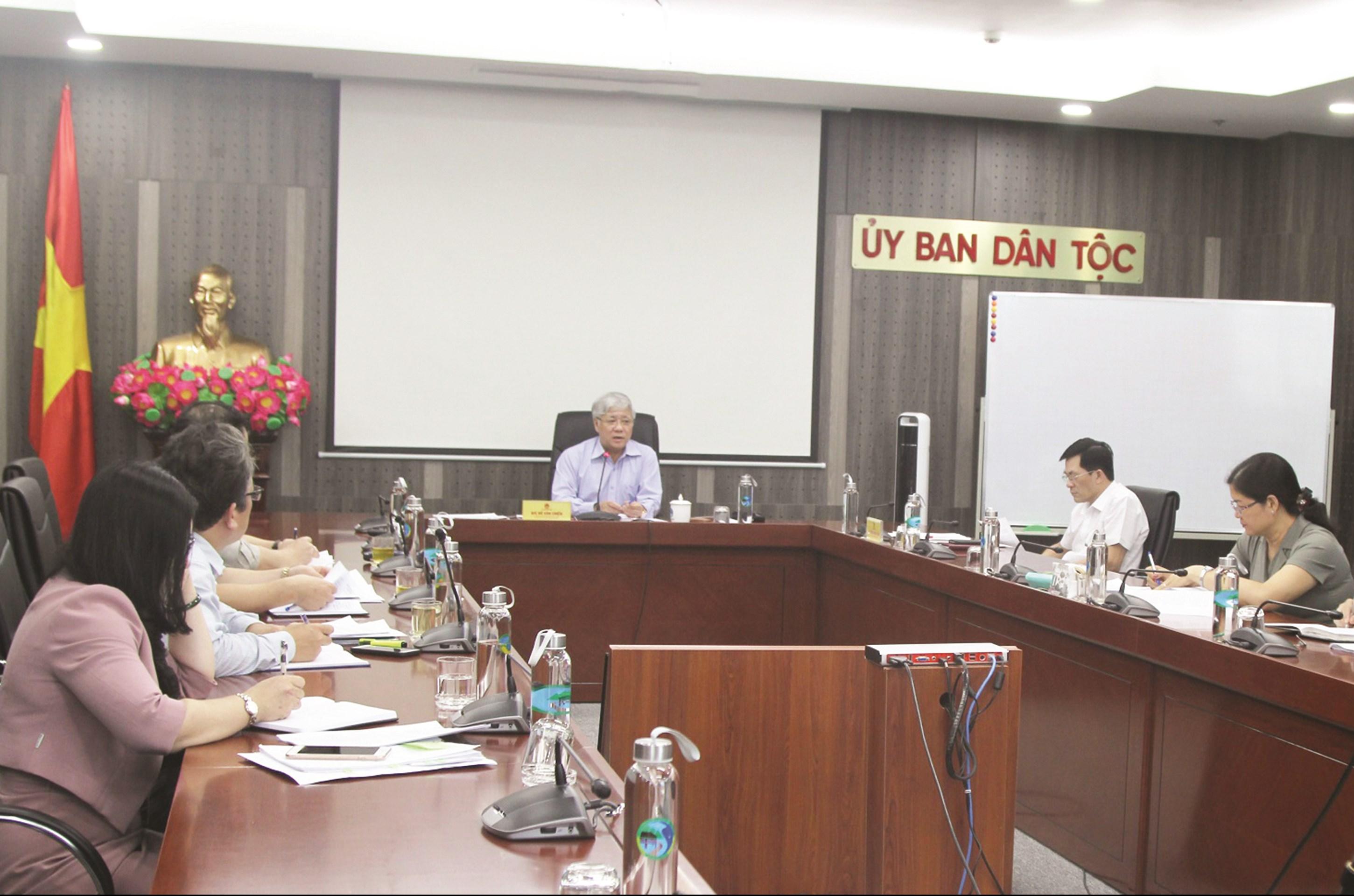 Bộ trưởng, Chủ nhiệm UBDT Đỗ Văn Chiến chủ trì buổi họp
