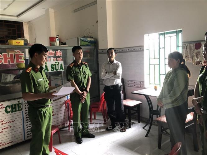 Lực lượng chức năng thi hành lệnh bắt bị can để tạm giam 4 tháng đối với Trần Thị Yến Chi. Ảnh: TTXVN phát