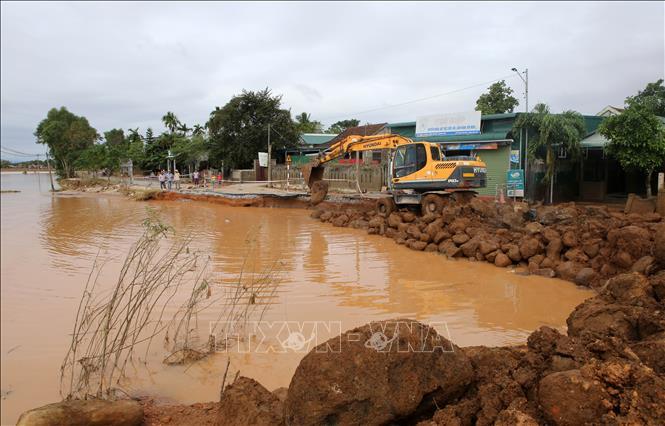 Khắc phục phần đường bị xói lở do mưa lũ tại Quảng Trị. Ảnh: Hồ Cầu/TTXVN