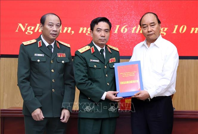 Thủ tướng Nguyễn Xuân Phúc trao hỗ trợ các gia đình có người thân hy sinh trong khi làm nhiệm vụ tìm kiếm, cứu hộ, cứu nạn tại Thuỷ điện Rào Trăng 3. Ảnh: Thống Nhất/TTXVN