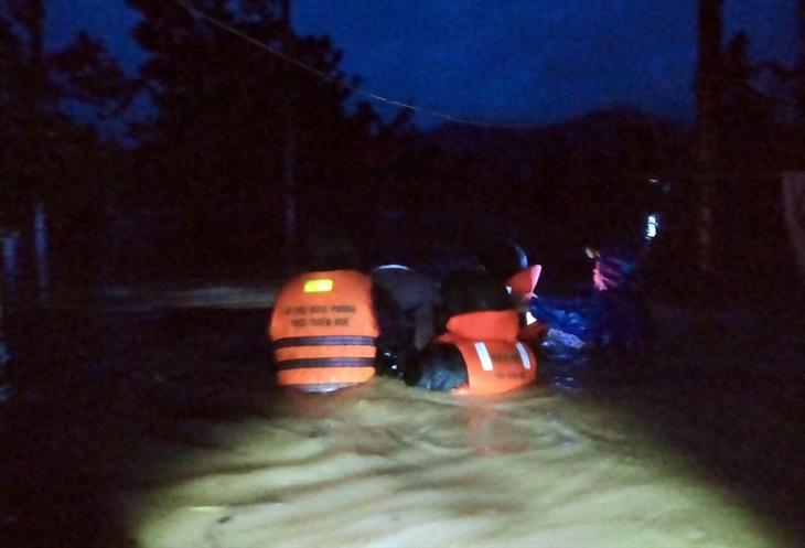 Đồn Biên phòng Hương Nguyên di dời các gia đình bị ngập nước tại xã A Roàng, huyện A Lưới. Ảnh: Võ Tiến
