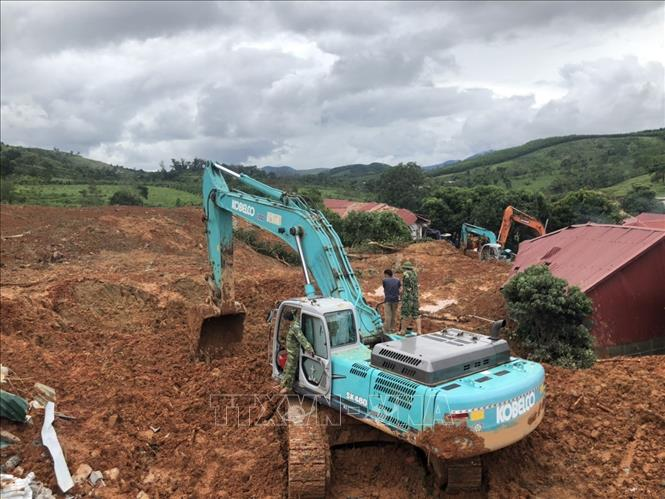 Các phương tiện nỗ lực tìm kiếm người bị nạn trong vụ sạt lở đất. Ảnh: TTXVN phát