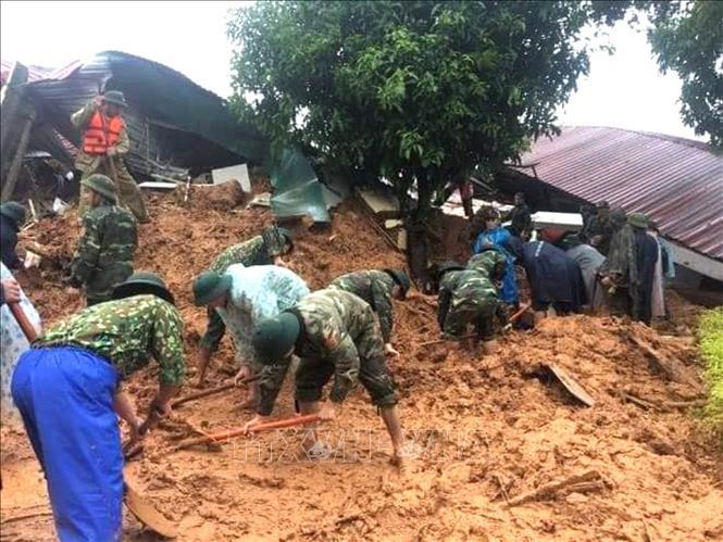 Lực lượng cứu hộ, cứu nạn tiếp cận hiện trường vụ sạt lở đất. Ảnh: TTXVN phát