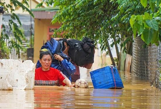 Người dân thị xã Đông Hà, tỉnh Quảng Trị tất tả chạy lũ sáng ngày 18/10 - ảnh CTV