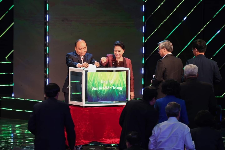 Thủ tướng Chính phủ Nguyễn Xuân Phúc, Chủ tịch Quốc hội Nguyễn Thị Kim Ngân cùng các đại biểu tham dự Chương trìnhủng hộ đồng bào ảnh hưởng bởi bão lũ ở miền Trung