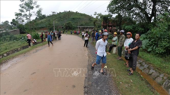 Người dân thôn Cợp ra đường theo dõi diễn biến cuộc tìm kiếm cứu nạn.