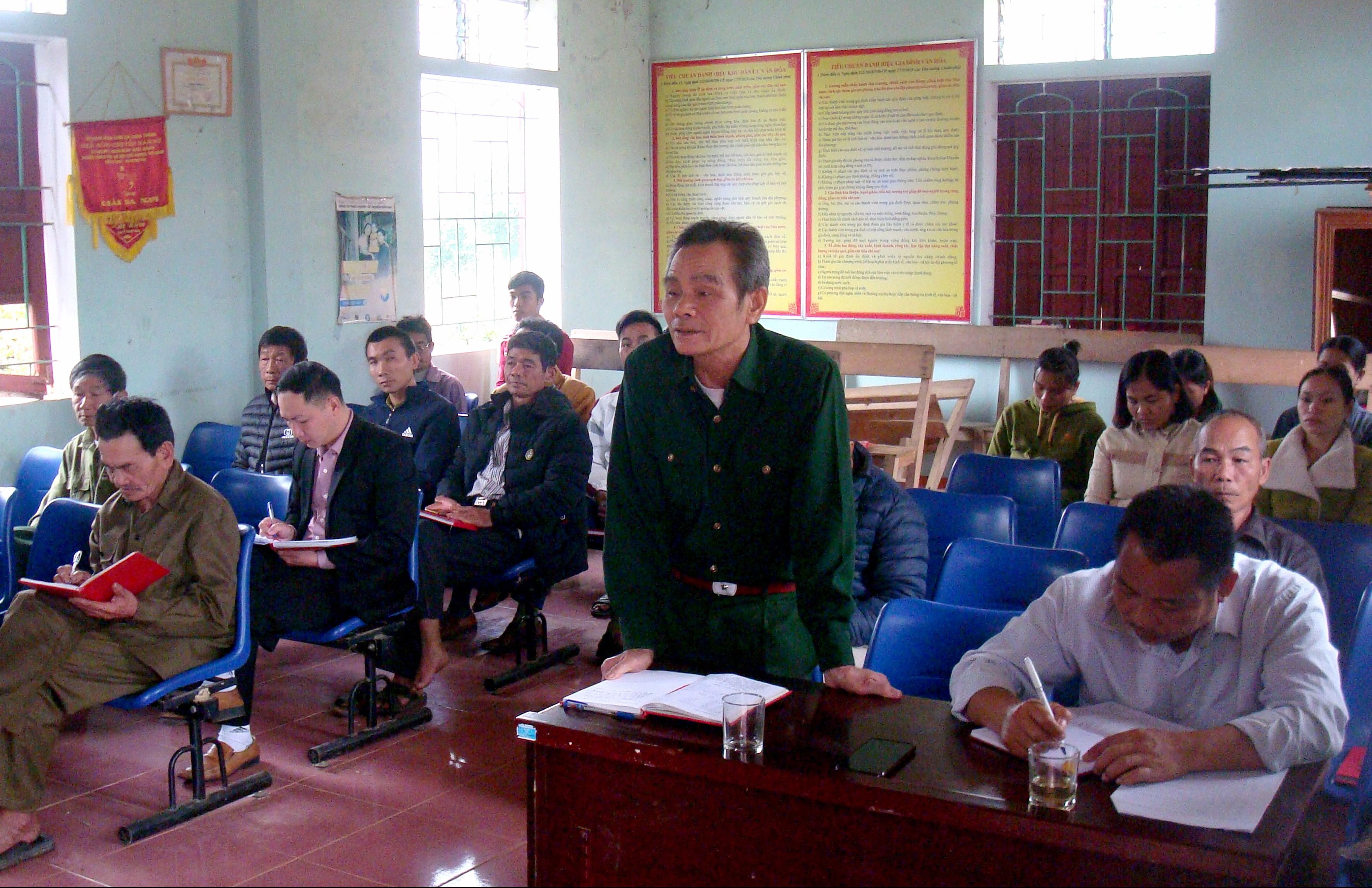 Ông Lương Quyết Thắng (người mặc quân phục) phát biểu tại Hội nghị Chi bộ bản Cằng Bài.