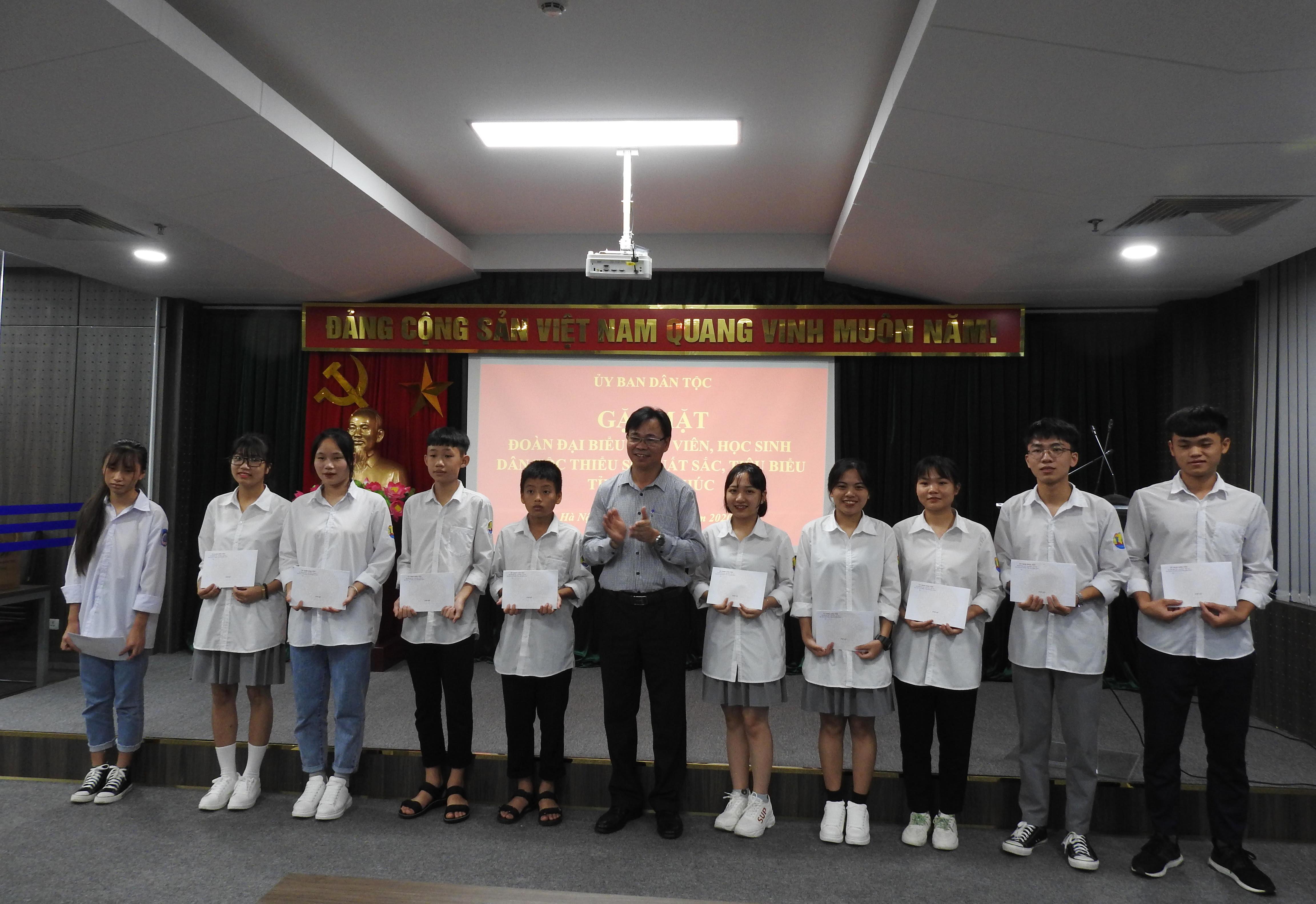 Đồng chí Lưu Xuân Thủy trao quà lưu niệm của UBDT cho các em học sinh trong Đoàn