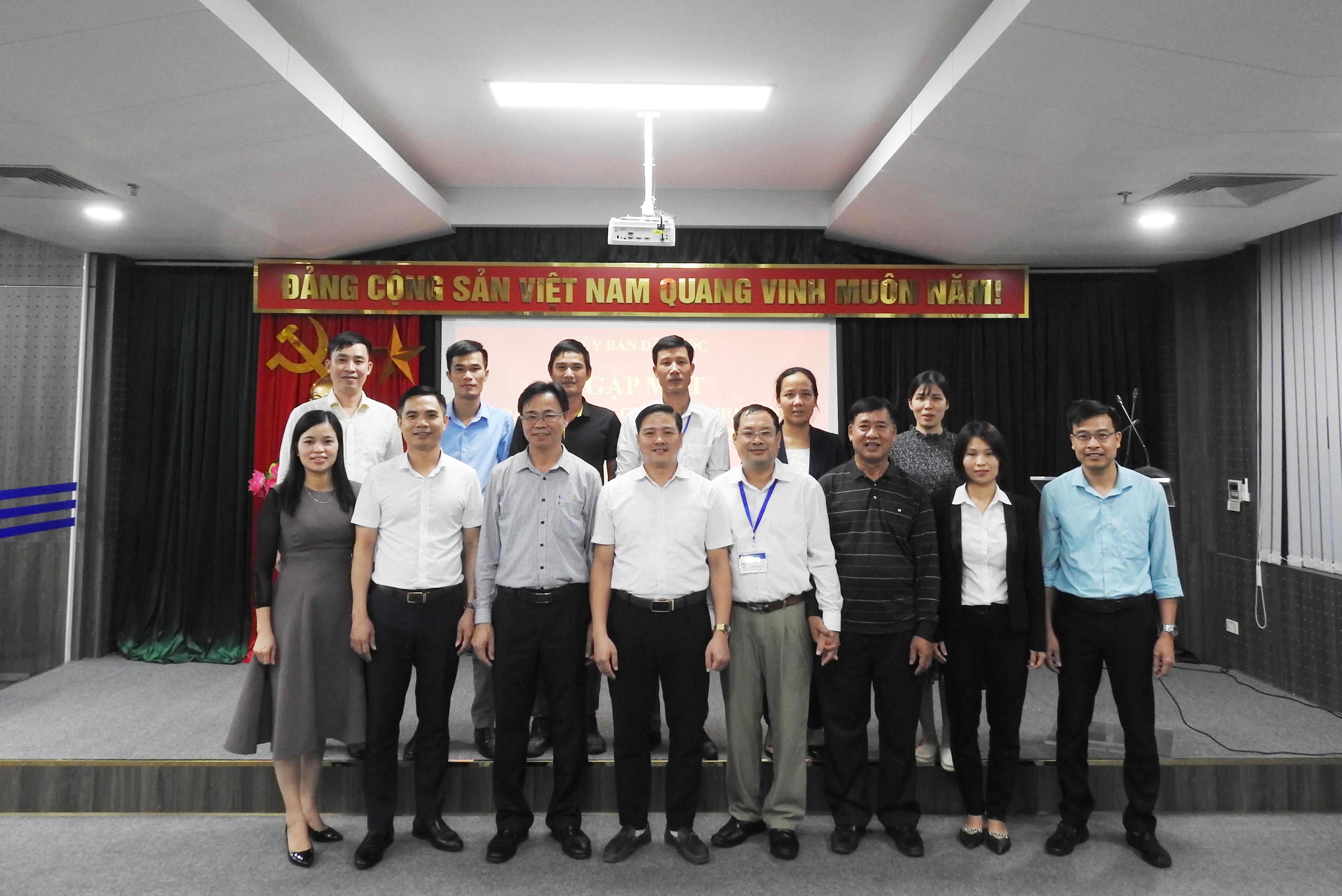 Đồng chí Lưu Xuân Thủy chụp ảnh lưu niệm cùng các thầy cô giáo trong Đoàn
