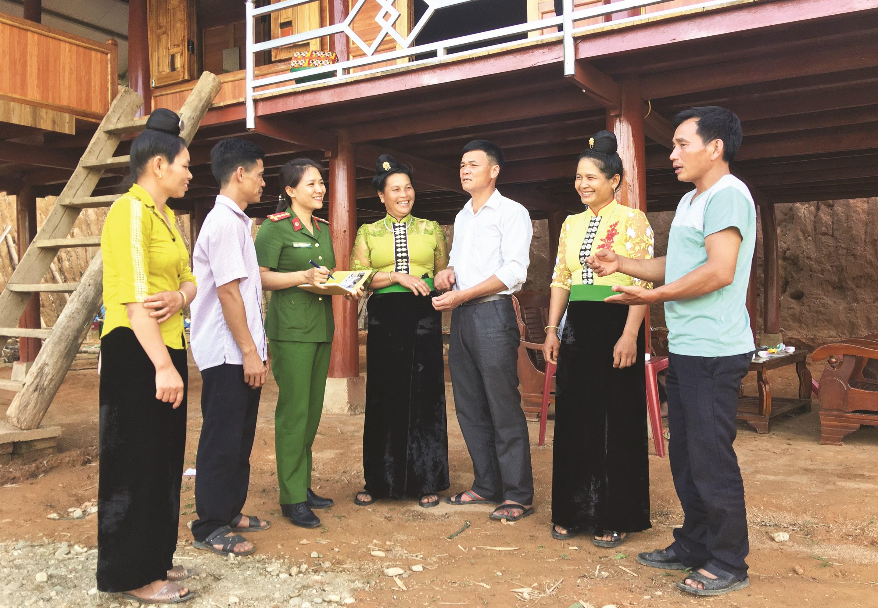 Ðại úy Trần Thị Thương nắm bắt tình hình an ninh trật tự tại cơ sở