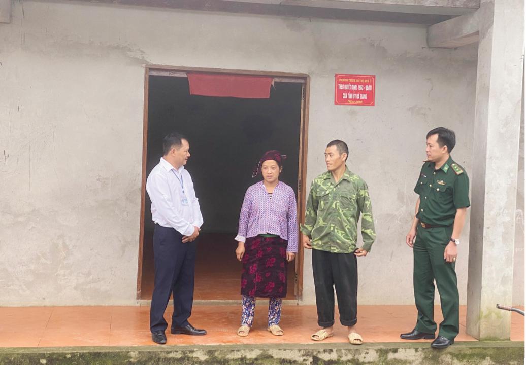 Anh Vàng Sín Dìn, xã Tùng Vài, huyện Quản Bạ (Hà Giang) chia sẻ với cán bộ xã và chiến sĩ biên phòng về niềm vui khi được hỗ trợ xây nhà mới