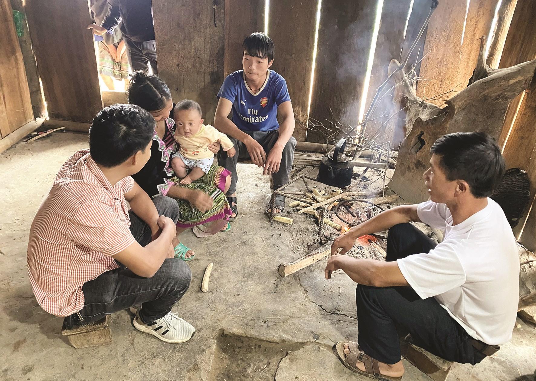 Lãnh đạo huyện, xã thăm hỏi, động viên người nghèo ở huyện Mù Cang Chải (Yên Bái)