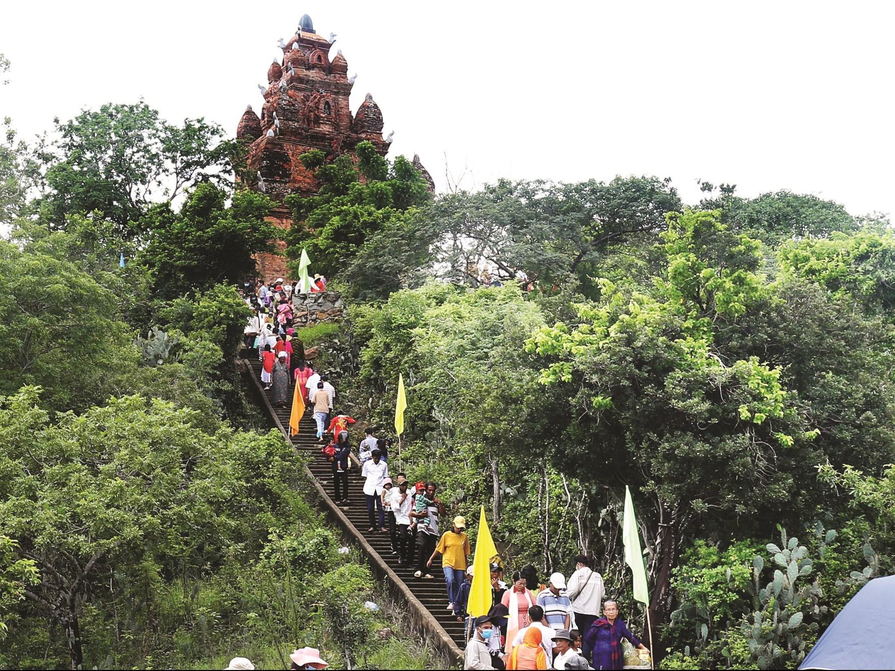 Du khách tham quan tại tháp Pô Rômê thôn hậu Sanh, xã Phước Hữu (Ninh Phước)