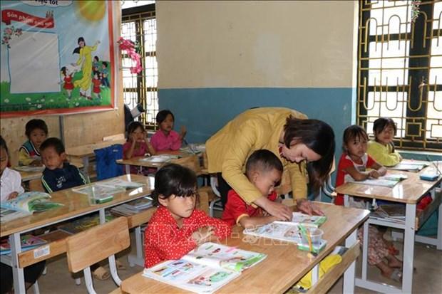 Nhiều em học sinh lớp 1 Trường Phổ thông dân tộc bán trú Tiểu học Lản Nhì Thàng, huyện Phong Thổ (Lai Châu) khó khăn khi phát âm, ghép từ. Ảnh: Đinh Thùy-TTXVN