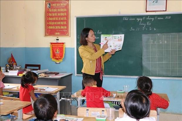 Không đủ thời gian giảng dạy, cô giáo tận dụng thời gian ra chơi để dạy cho học sinh ghép từ. Ảnh: Đinh Thùy-TTXVN