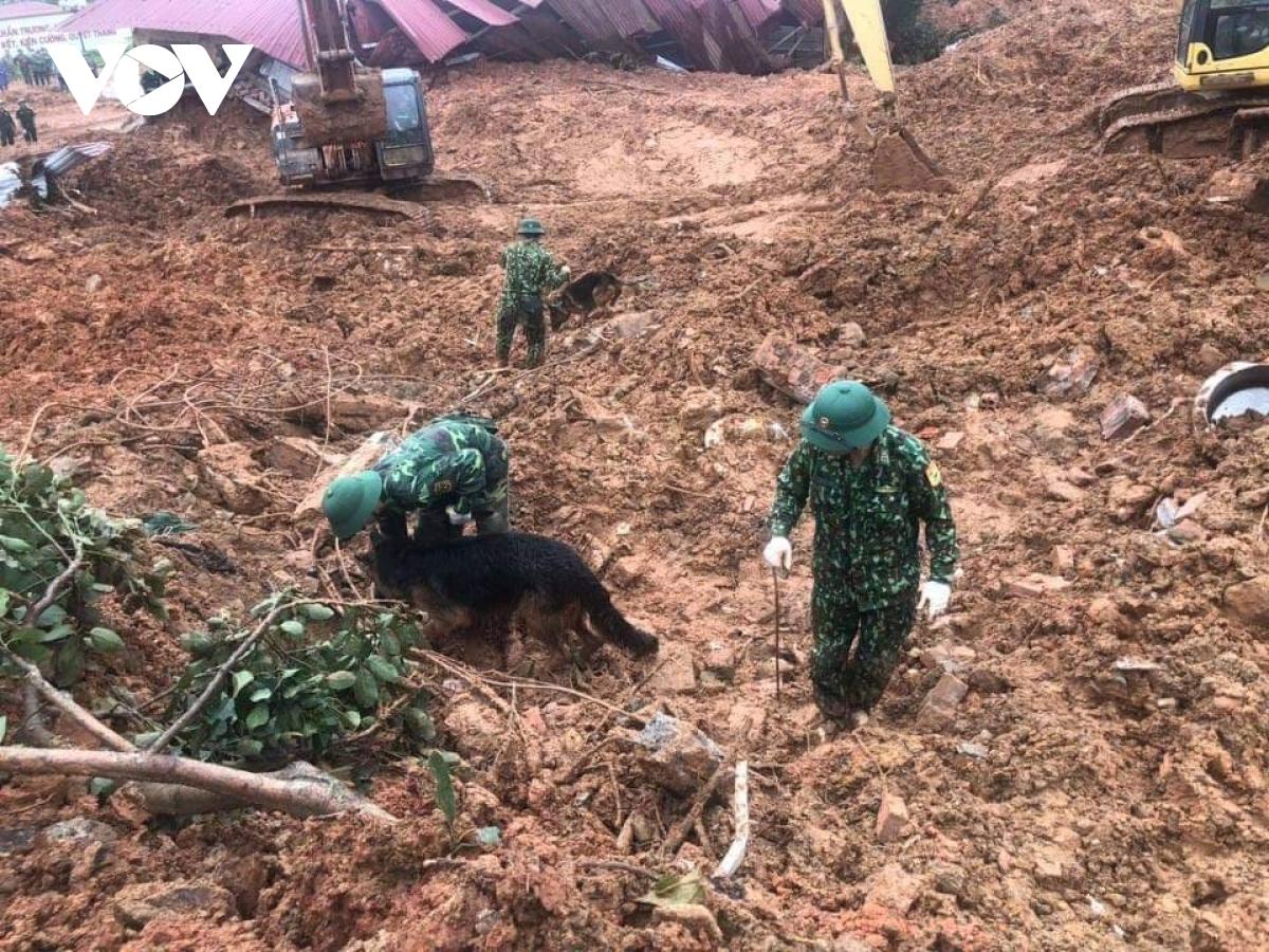 Lực lượng chức năng vẫn đang tiếp tục tìm kiếm những người còn mất tích.