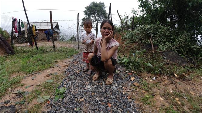 Mẹ con chị Hồ Thị Vi (cách hiện trường vụ sạt lở khoảng 1km) xúc động khi nhắc lại kỷ niệm của những chiến sỹ Đoàn Kinh tế Quốc phòng 337 đối với người dân thôn Cợp.
