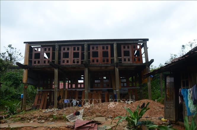 """Căn nhà sàn đang xây dựng của gia đình chị Hồ Thị Tuyết Mai trở thành nơi """"cưu mang"""" cho các phóng viên, nhà báo và lực lượng hỗ trợ trong những ngày qua."""