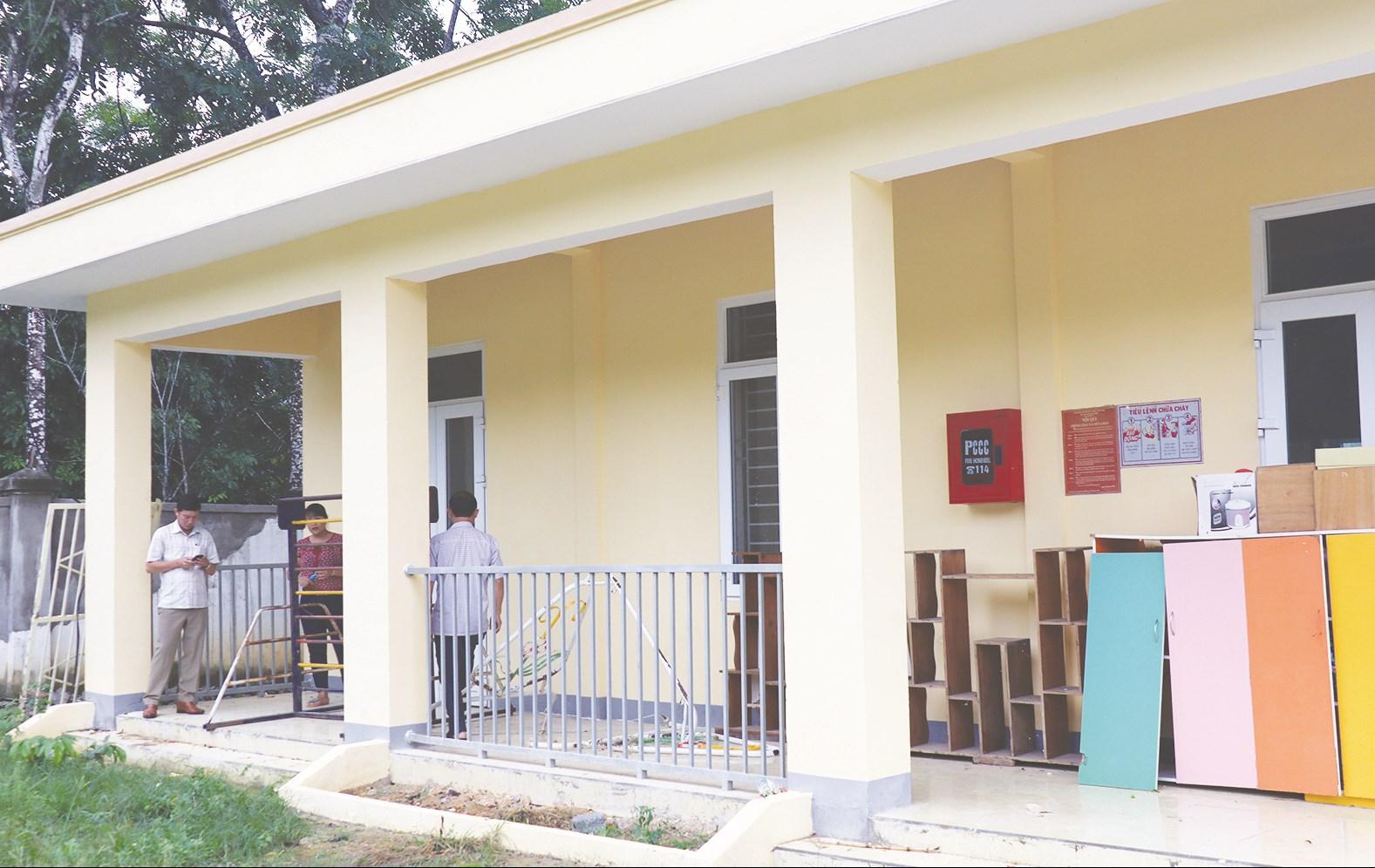 Điểm trường mầm non bản Tam Liên, xã Tam Quang vẫn cửa đóng then cài vì còn nhiều hạng mục phải sửa chữa, bổ sung