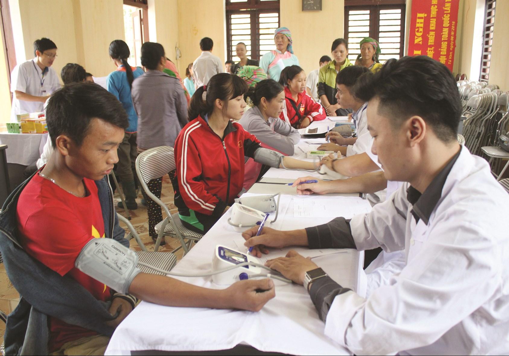Các y, bác sĩ tuyến cơ sở trên địa bàn thị xã Sa Pa về thôn khám bệnh cho người dân