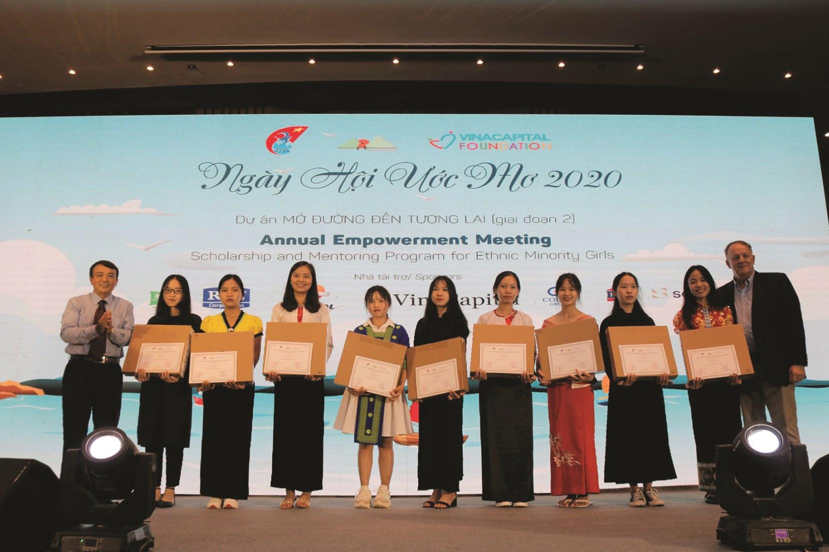 """Các nữ sinh nhận được học bổng Dự án """"Mở đường đến tương lai"""", giai đoạn 2"""