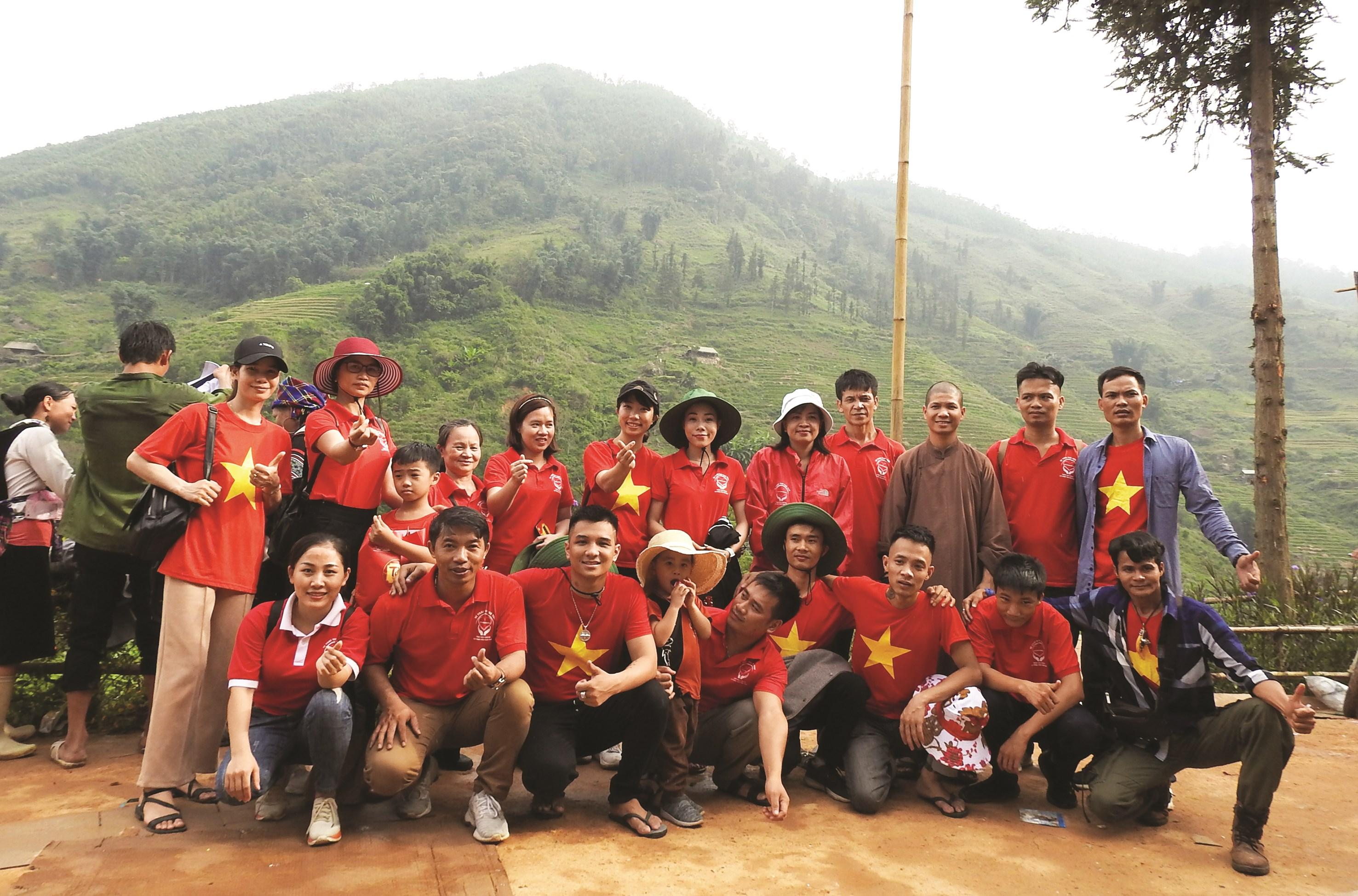 """Các thành viên trong CLB """"Vì trái tim trẻ thơ"""" tại Lào Cai"""