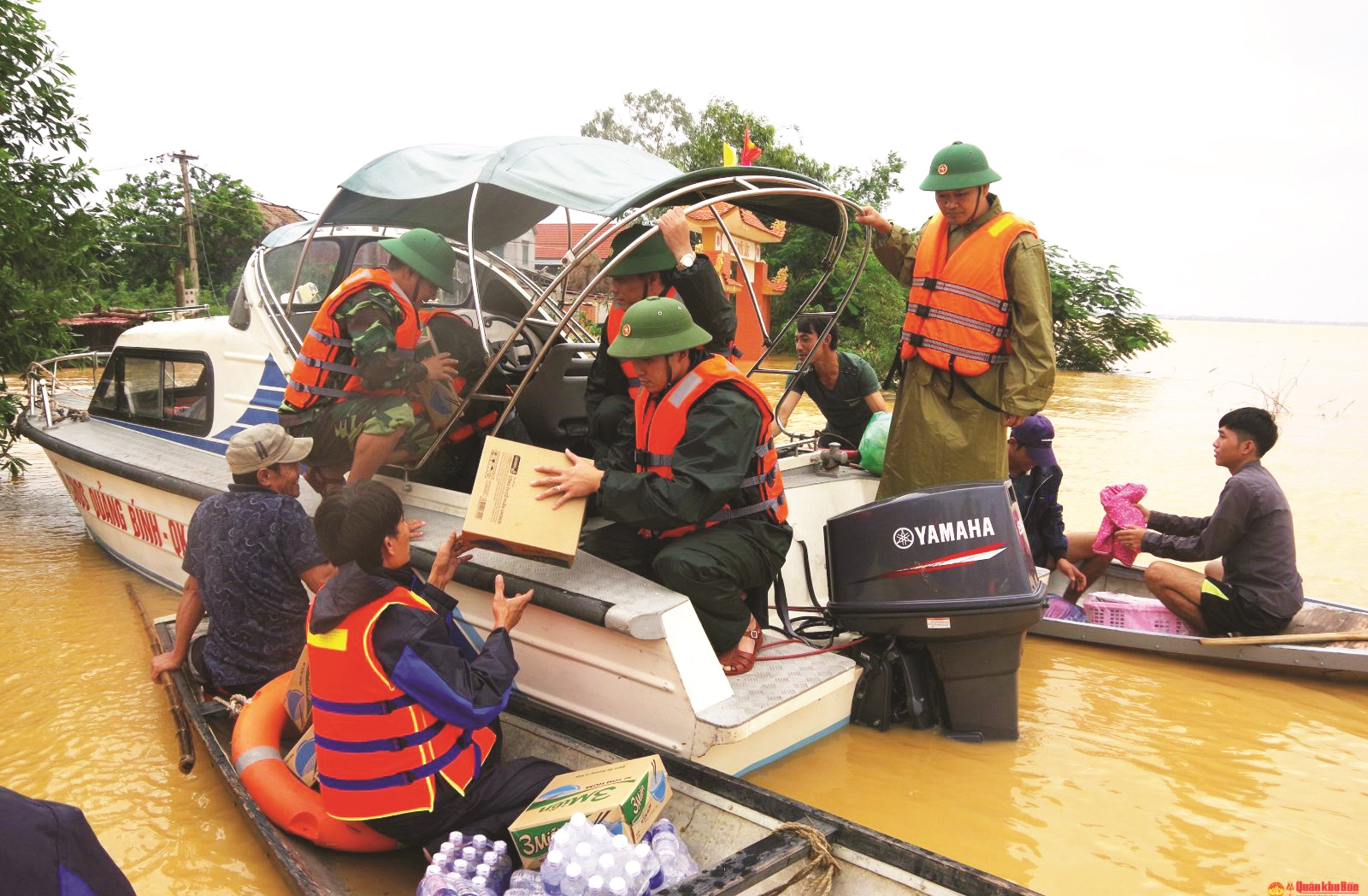 Cán bộ, chiến sĩ Ban Chỉ huy quân sự huyện Quảng Ninh (Quảng Bình) vượt lũ hỗ trợ lương thực cho người dân xã Tân Ninh. Ảnh TL