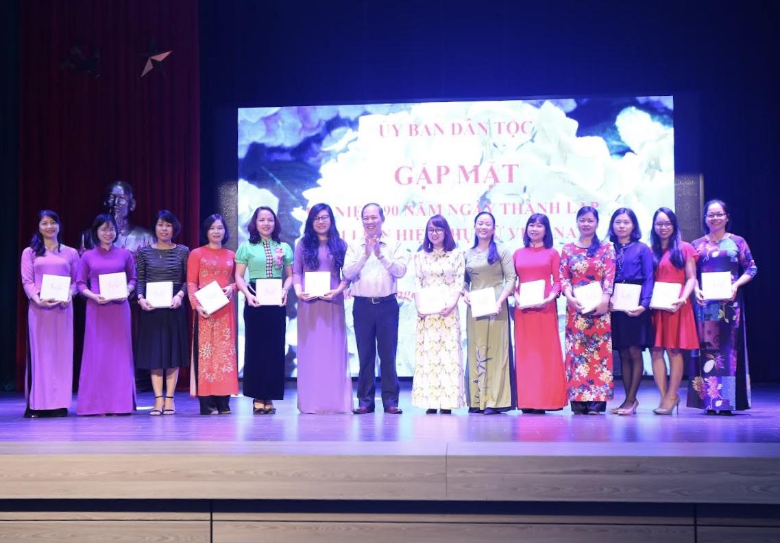 Ông Nguyễn Quang Hải, Chủ tịch Công đoàn UBDT đã tặng hoa và quà cho chị em phụ nữ
